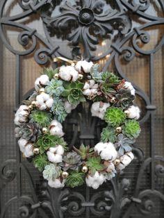 Decoreaza-ti casa de sarbatori cu o coronita de usa speciala. Decorata cu plante suculente si bumbac pufos, aceasta coronita va atrage toate privirile. #doorwreath #wreath #christmas #decorations #craciun #coronta Christmas Door Wreaths, Floral Wreath, Doors, Holiday Decor, Home Decor, Corona, Floral Crown, Decoration Home, Room Decor