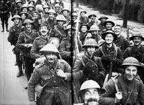 más soldados marchando pero estos estan felices