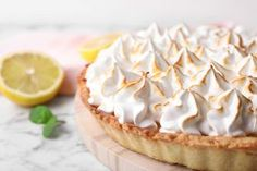Helppo sitruunatorttu on ihana jälkiruoka Lemon Meringue Pie, Serving Board, Camembert Cheese, Cheesecake, Baking, Desserts, Recipes, Food, Tailgate Desserts