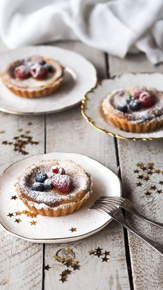 Mini Cheesecakes mit Schoko Swirl - Weihnachtsdessert cookies and cream cookies christmas cookies easy cookies keto cookies recipes easy Vegan Cheesecake, Cheesecake Recipes, Cheesecake Cookies, Vegan Christmas Cookies, Christmas Cheesecake, Cherry Clafoutis, Xmas Desserts, Chocolate Swirl, Mini Cheesecakes