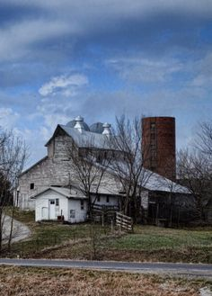 Beautiful old barn and farm site. Country Barns, Country Life, Country Living, Country Roads, Wooden Barn, Rustic Barn, Farm Barn, Old Farm, Barn Pictures