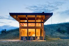 Nahahum Cabin by Balance Associates Architects A square foot residence that's situated on a hillside in Washington state with concrete retaining walls that serve as a guide for the cabin's form. Seattle Architecture, Modern Architecture, Architecture Portfolio, Sustainable Architecture, Small House Swoon, Tiny House, Small Cabin Designs, Ideas De Cabina, Haus Am Hang