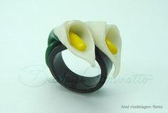 ring by Beatriz Cominatto - polymer clay Polymer Clay Ring, Polymer Clay Flowers, Polymer Clay Projects, Polymer Clay Creations, Clay Crafts, Clay Bowl, Clay Design, Clay Tutorials, Calla Lillies