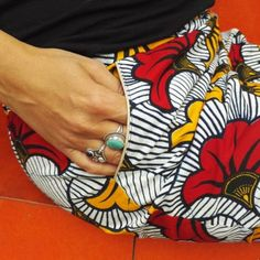Sew your first piece of clothing: 10 patterns for beginners - Sabrina Pagliari - - Coudre votre premier vêtement : 10 patrons pour les débutantes Chamomile wax trousers - Magiicmag - pockets detail with golden piping - Coin Couture, Couture Sewing, Burda Couture, Sewing Projects For Beginners, Knitting For Beginners, Diy Projects, Sewing Patterns Free, Free Sewing, Sewing Hacks