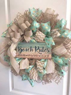 Beach Wreath-Beach House - Couronne, menthe, or et lin Beach House Furniture, Beach House Decor, Home Decor, Deco Mesh Wreaths, Door Wreaths, Burlap Wreaths, Beach Rules, Diy Wreath, Wreath Ideas