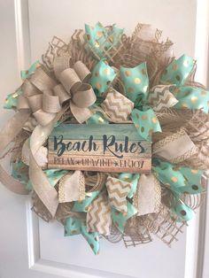 Beach Wreath-Beach House - Couronne, menthe, or et lin Beach House Furniture, Beach House Decor, Home Decor, Deco Mesh Wreaths, Door Wreaths, Burlap Wreaths, Beach Rules, Diy Wreath, Wreath Ideas