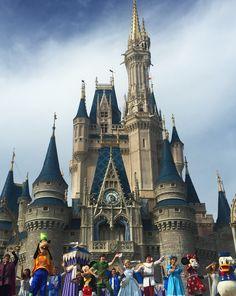 Semana retrasada eu estava na Disney! Ai como é bom! Quer me ver feliz? Me leva para Disney! Eu amo mais que criança kkkk! Massss, quem já foi sabe que a maratona de parques pode ser bem cansativa e frustrante e um dos motivos são as filas intermináveis. Quando você não aguenta mais ficar em …