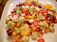 An easy and healthy salad - just mix diced tomato, cucumber, yellow bell pepper, radicchio and feta. Add chickpeas coated with paprika and you're ready to eat.