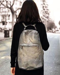 y aunque el tiempo no acompañe nosotros tenemos muchas ganas de empezar con la temporada de bolsos más ligeros colores suaves y materiales como rafia o lino. Leather Backpack, Leather Bag, Spring Bags, Handmade Accessories, Handmade Bags, Leather Working, Leather Craft, Fashion Bags, Backpacks