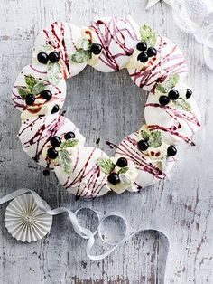 Cassis meringues recipe with champagne cream. This simple cassis easy meringue wreath with champagne cream is a real show-stopping dessert for Christmas Christmas Pavlova, Christmas Trifle, Christmas Desserts Easy, Xmas Food, Christmas Pudding, Christmas Baking, Christmas Foods, Christmas 2017, Christmas Treats