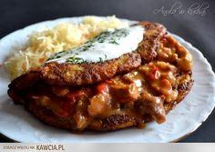 Placek po węgiersku:  Placek po węgiersku to pomysł na pyszny i sycący obiad. Przygotowanie go jest dość pracochłonne, ale efekt końcowy zachwyci nie jednego głodomora:) ------  Gulasz: 1 kg mięsa wołowego lub wieprzowego (np.karkówka), 3-4 łyżki mąki, 1 litr bulionu z 1 kostki rosołowej, 2 duże cebule, 2 papryki czerwone, 20 dag pieczarek, kilka łyżek oleju, ząbek czosnku, liść laurowy, 3-4 ziarnka ziela angielskiego, 2 łyżki papryki słodkiej w proszku szczypta papryki ostrej w proszku (wg…
