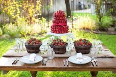 this lovely – and easy – edible centerpiece idea. This is perfect for a cozy, casual outdoor wedding, your bridal shower, or a brunch