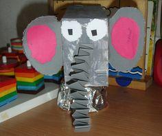 Olifant op trapezium  Gemaakt van grijs papier en 2 doosjes.