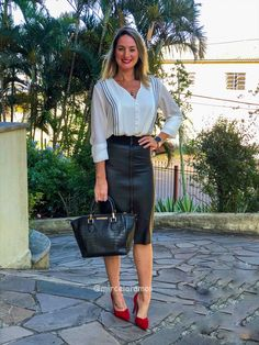 Perfect 60 Cute Spring Work Outfits Ideas - Casual but Still Classy , Red Pumps, Red Shoes, Outfit Look, Spring Work Outfits, Oversized Blazer, Work Looks, Work Attire, Black White, Girl Boss