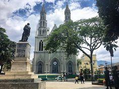 Valera nos recibe con un solazo y si Iglesia que es la más alta de los andes venezolanos con 44mts de alto cada torre. En un rato vamos a visitar el santuario de José Gregorio Hernández en Isnotú. ¿Qué será que le pedimos? #venezuelatequiero