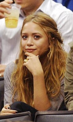 Mary-Kate looking cute at a sports event with wavy hair, a grey tee and gold jewelry, Get the look: + Drybar Mai Tai Spritzer Se. Ashley Mary Kate Olsen, Ashley Olsen Style, Olsen Twins Style, 90s Grunge Hair, Head Band, Strawberry Blonde Hair, Auburn Hair, Trendy Hairstyles, Beach Hairstyles