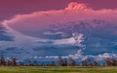 Raios + vulcão em erupção é = imagens de cair o queixo. O fotógrafo chileno Francisco Negroni chamou de cair o queixo as fotos de raios ao lado de um...
