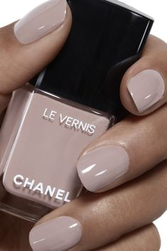 Le vernis 578 New Dawn 253 kr från Chanel Hot Almond Shaped Nails Colors To Get You Inspired To Try Milky Nails, Pretty Nails, Cute Nails, Pretty Short Nails, Short Gel Nails, Basic Nails, American Nails, Chanel Nails, Chanel Chanel