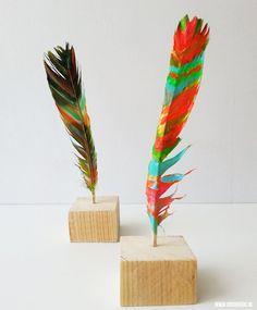 Vandaag gaan we Knutselen met veren en verf. Van een saaie duivenveer maken we een echt kunstwerk! #knutselen #kinderen #diy #zelfmaken #veren