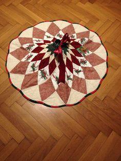 Sukýnka+pod+vánoční+stromeček+Kryt+na+stojan+stromečku+je+ušit+technikou+patchwok+z+vánočních+látek.+Zapíná+se+na+suchý+zip+a+stahuje+se+nahoře+stuhou+dle+síly+kmínku+stromku