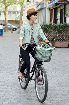 c1991b13f18f ... Amsterdam is one of the most romantic seasons, leaves start to fall and  while temperatures start to drop, stylish ideas rise up for bike-ready  outfits.