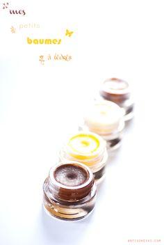 """""""Pour un baume maison, il faut : un beurre végétal*, une huile végétale, de la cire végétale (candelilla, carnauba, riz, etc.), un conservateur (huile de germes de blé, vitamine E…), la botte secrète (opt.) : des huiles essentielles et/ou des colorants naturels.*"""" par Antigone XXI"""