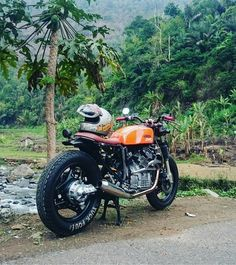 Never liked CXs myself, dormed with the CX club at a rally once and was nearly beaten, however this build and lavish scenery makes for a beautiful image Cx500 Cafe Racer, Scrambler, Cafe Racers, Honda V, Honda Cx500, Cafe Moto, Moto Bike, Cafe Style, Moto Style