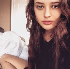 Image about 13 reasons why in Katherine Langford by sumi-sumi Thirteen Reasons Why, 13 Reasons, Beautiful Celebrities, Beautiful People, Beautiful Women, Camilla Mendes, Alycia Debnam Carey, Film Serie, Gal Gadot