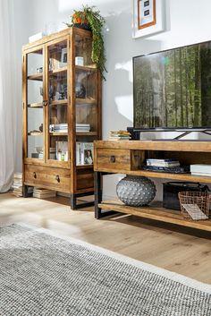 Möbel aus restauriertem Altholz. Mit Natura Woodenforge wird jedes Möbelstück zum Unikat! Mehr Infos bei Spitzhüttl Home Company. #möbel #wohnen #vitrine #recycling #altholz #einrichtung #wohnzimmer