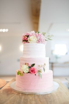 Pink ombre wedding cake - Image by Nadine van der Wielen Photography - Cymbeline Lace Wedding Dress for a white & pink classic wedding in the Netherlands with ombre stationery & cake. #laceweddingcakes