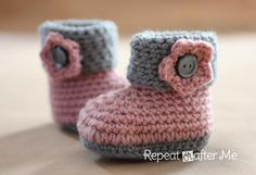Keep your pre-walkers feet cozy with these cute little crochet cuffed baby booties! FREE pattern available! Keep your pre-walkers feet cozy with these cute little crochet cuffed baby booties! FREE pattern available! Crochet Diy, Crochet Baby Booties, Crochet For Kids, Crochet Slippers, Ravelry Crochet, Baby Booties Free Pattern, Knitted Baby, Crochet Flower, Crochet Dolls