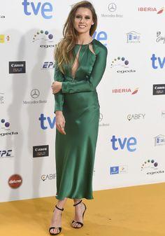 Manuela Vellés con un vestido midi de seda en verde con aberturas,de Pedro del Hierro Madrid.