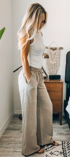 Summer outfits - White top and grey pants boho style Fashion Mode, Look Fashion, Womens Fashion, Dress Fashion, Boho Fashion Over 40, Fall Fashion, Fashion Basics, Bohemian Fashion, Bridal Fashion