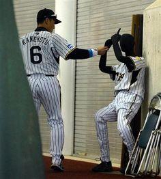 マネキンで遊ぶ阪神・金本=7日、宜野座村営野球場(撮影・中川春佳)