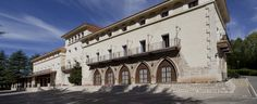 Situado a las afueras de la histórica ciudad, el Parador de Teruel expresa la mezcla de culturas y e..