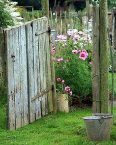Vill idag visa en sån underbar bild med känsla. Det påminner mig om min barndom,när jag var liten i Farmors & Farfars sommarstuga. Hur vi plockade blommor och jag gjorde buketter och sålde vid ett litet bord på en liten smal grusväg. Det var kanske där allt började med mitt fortsatta affärsliv och skapande. Ha en fin dag. Cred :frustatedgardener.com #sommar#rosor#inspiration ##shabbychic#shabby#gardening #garden_explorers #garden_styles #garden #trädgård #cottagelife #cottagegarden #cottage