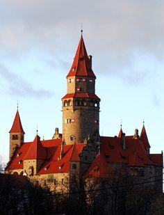 HRAD BOUZOV Hrad byl založen na počátku 14. století jako strážní hrad.