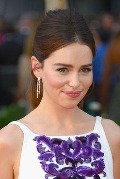 Emilia Clarke, protagonista de Juego de Tronos, apostó por una ponytil para presumir de pendientes de Chanel.