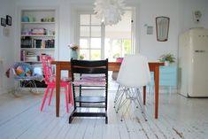 chaises depareillees couleur autour d une table Je veux des chaises de table dépareillées