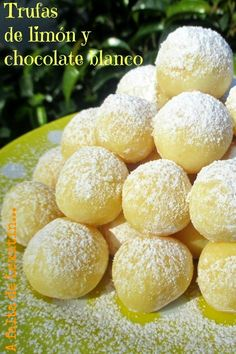 Trufas de limón y chocolate blanco: 250 gr de chocolate blanco 80 gr de nata de montar 75 gr de mantequilla Ralladura de piel de un limón 2 cucharita de zumo de limón Azúcar glas o granulada para rebozar, a vuestro gusto Sweet Recipes, Cake Recipes, Caramel Cookies, Easy Eat, Pastry And Bakery, Chocolate Truffles, Creative Cakes, Love Food, Sweet Tooth