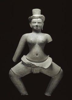 Divinité féminine (Uma ?) en attitude de danse. Prasat Thom (province de Preah Vihear), style de Koh Ker, deuxième quart du Xe siècle, grès. Paris, Musée Guimet. H. 1,3m.