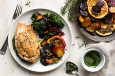 Chicken with roasted beets, chard and parsley pesto Philly Stuffed Peppers, Parsley Pesto, Healthy Snacks, Healthy Eating, Green Chef, Ramen, Crunch, Rosemary Chicken, Roasted Beets