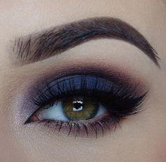 Um esfumado com sombra azul marinho na pálpebra móvel que combinada na perfeição com um tom nude nos lábios.