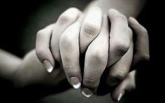 """Non esiste momento più bello, all'inizio di una storia, di quando intrecci le dita in quelle dell'altra persona e lei te le stringe. Ti stai affacciando su un mare di possibilità. (Massimo Gramellini, da """"Fai bei sogni"""")"""