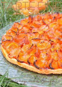 Tarte fine express aux abricots frais et sa confiture : une pâte feuilletée croustillante bien dorée. La présence de la confiture va venir adoucir l'acidité