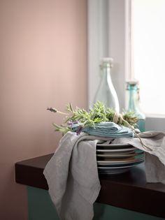 Denne paletten består av nedtonede pasteller – dus grå, støvete rosa og naturlige, grønne nyanser som gir et svalt og luftig uttrykk. Veggen er malt i Lycka 860, vinduskarmen i Aubergine 710 og vindusnisjen i Anemon 656. Følg linken for å se hele paletten. #farger #trend #maling #fargesette #pasteller #blågrønn #soverom #fargepalett #interiør #fargekombinasjoner