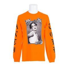 """Depois das colaborações com nomes de peso da moda e da beleza, como Dior, MAC, Manolo Blahnik e Puma, Rihanna acaba de ganhar uma loja temporária dentro da Colette, em Paris, que faz um compilado de suas parcerias, com produtos que vão de roupas a merchans da nova turnê """"Anti"""", além de sua linha de perfumes. + Rihanna assina coleção de sapatos para Manolo Blahnik + Evolução de estilo: Passeie pelos looks de Rihanna Os itens podem ser comprados no endereço físico da loja, na badalada Rue…"""