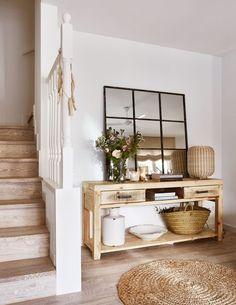 Light and natural looking corridor #corridor #entrance #white #naturalmaterials