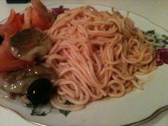 Spaghetti. Tomato sauce.
