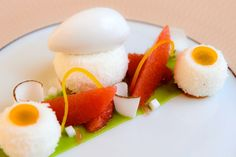 Duvet coco pamplemousse et avocat Chef Claire Heitzler Claire Heitzler, Baking And Pastry, Molecular Gastronomy, Culinary Arts, Restaurant Recipes, Plated Desserts, Food Presentation, Food Plating, Fine Dining
